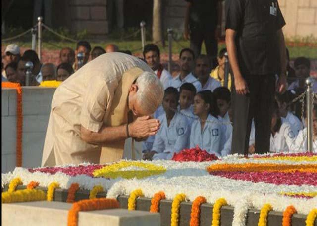 राजघाट पर प्रधानमंत्री नरेंद्र मोदी